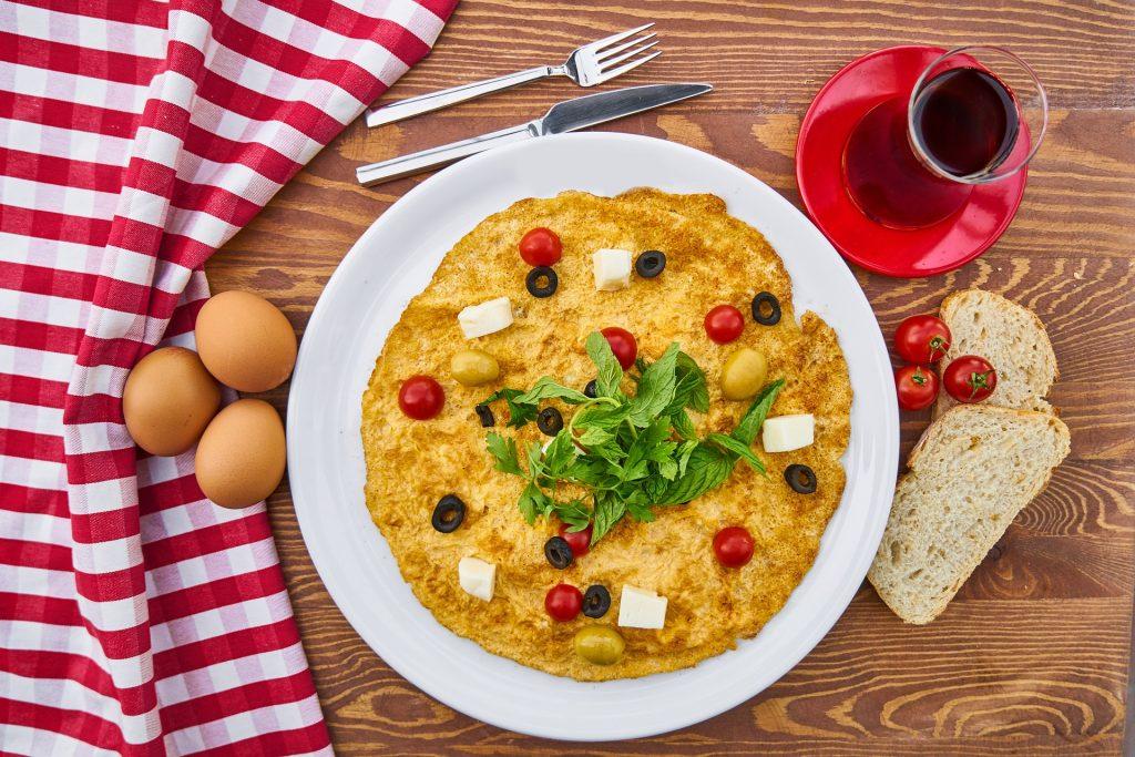 Boerenomelet met tomaat en feta kaas - glutenvrij, vegetarisch en koolhydraatarm
