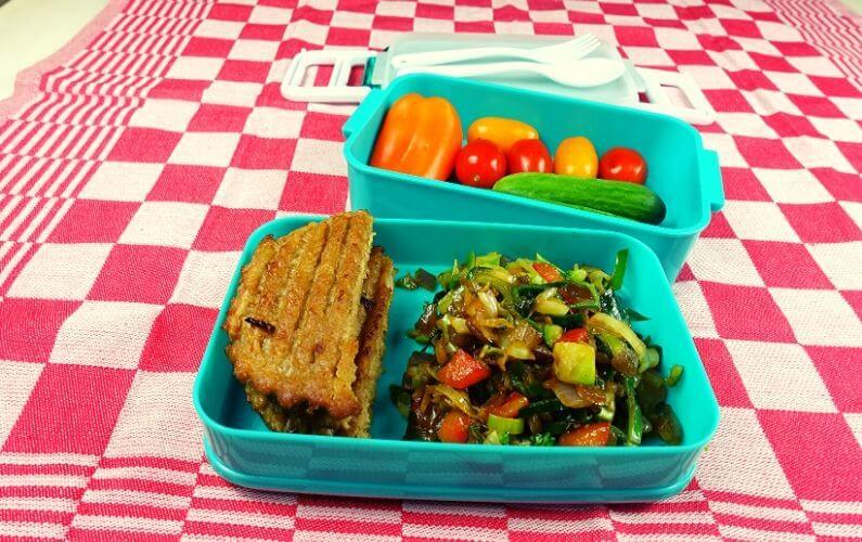 Lactosevrije en vegan lunch van sojaburger en groenten - voor PDS patiënt