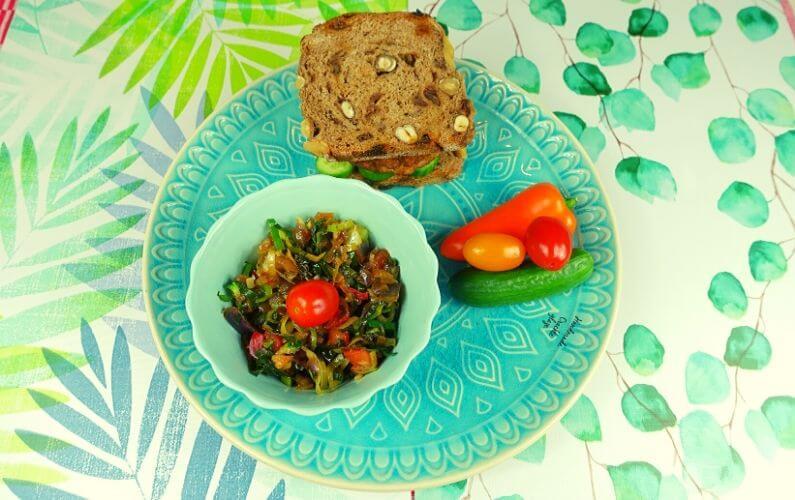 Vegetarische burger op notenbrood en groenten