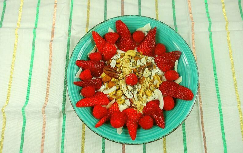 PDS ontbijt Lactosevrije kokosyoghurt met zelfgemaakte notengranola en fruit
