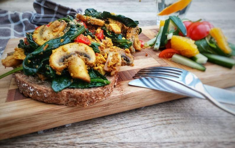 Vegan lunch bij darmklachten - tofu scramble