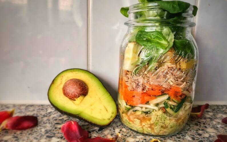 Courgettisalade met avocadopesto voor gevoelige darmen