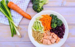 Zalm met zilvervliesrijst met groenten bij gevoelige darmen PDS opgeblazen buik